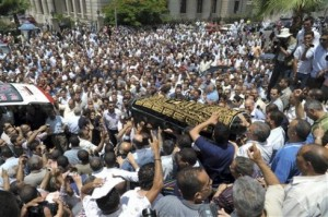 Jenazah Marwa El-Sherbini ditandu ribuan orang saat tiba pertama kali di Mesir